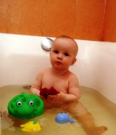 купание ребенка в ванной с игрушками