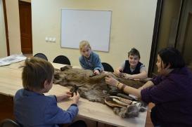 дети с шкурой животного